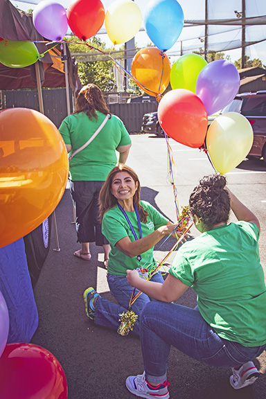 7.-Volunteers-blow-up-balloons-FFF